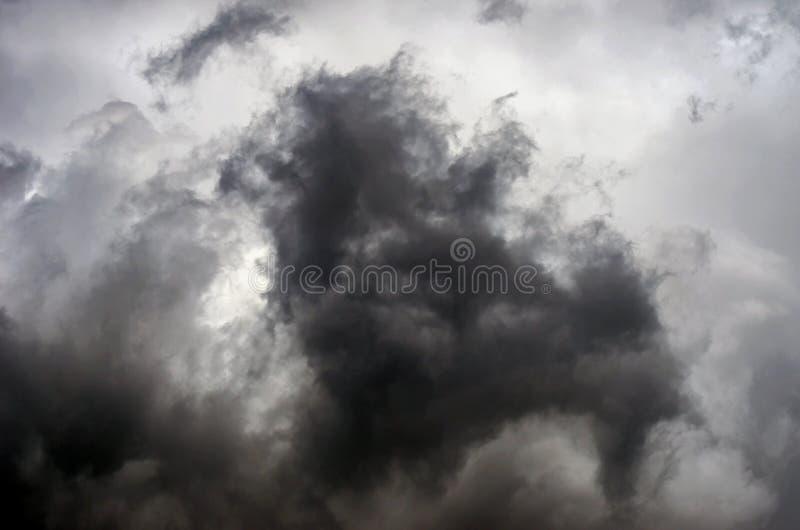 Dramatische stormachtige wolken na onweersbui Gevaar, Geloofsconcept stock fotografie