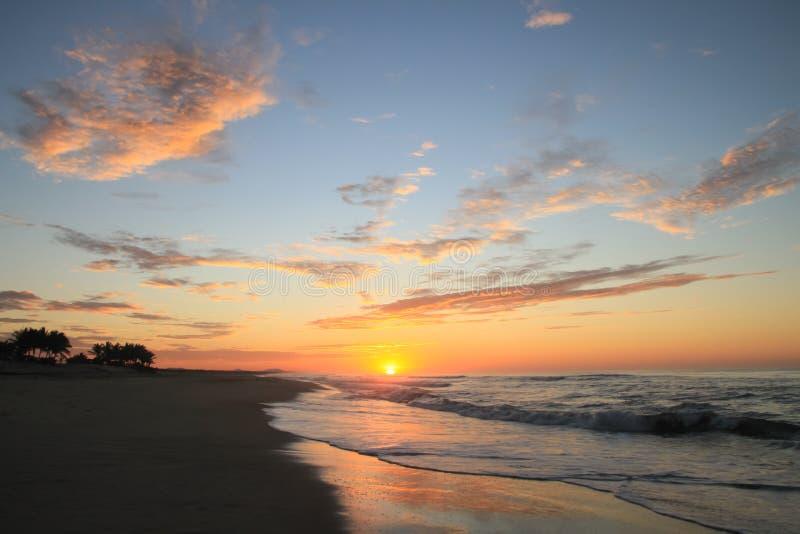 Dramatische Tropische Zonsopgang over Vreedzaam Oceaan en Sandy Beach stock foto's