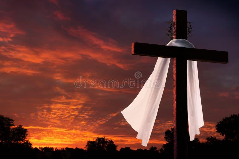 Dramatische Verlichting op Christian Easter Morning Cross At-Zonsopgang stock afbeeldingen