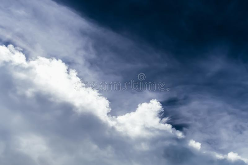 Dramatische wolk en hemellandschapsscène vóór regen stock afbeelding