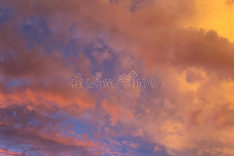 Dramatische wolken bij kleurrijke zonsondergang royalty-vrije stock afbeeldingen