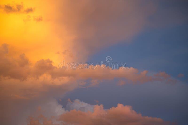 Dramatische wolken bij kleurrijke zonsondergang stock afbeelding