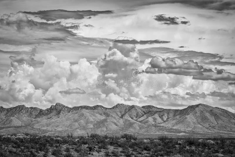 Dramatische Wolken boven Berg royalty-vrije stock foto