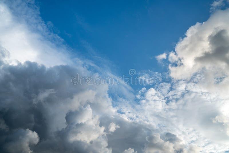 Dramatische wolken op de enorme blauwe hemel stock afbeelding