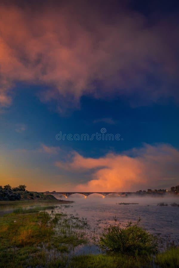 Dramatische wolken over een wegbrug boven een rivier op de zomer mor royalty-vrije stock fotografie