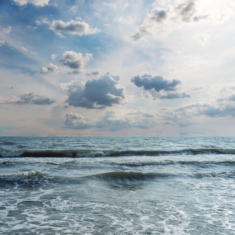 dramatische wolken over het overzees met golven stock foto