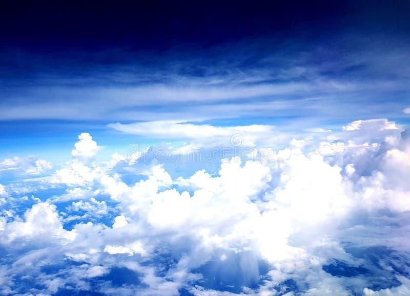 Dramatische Wolken van Vliegtuig royalty-vrije stock afbeeldingen