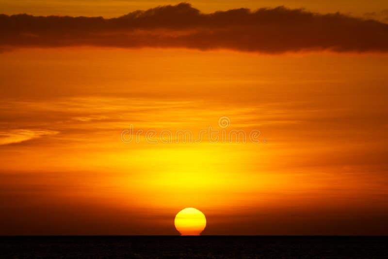 Dramatische Zon die in Oceaan plaatst stock afbeeldingen
