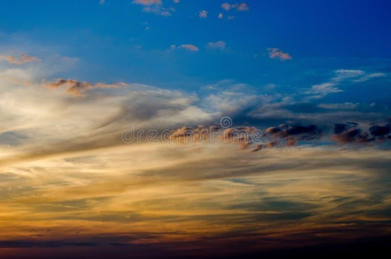 Download Dramatische zonsondergang stock afbeelding. Afbeelding bestaande uit panorama - 39107513