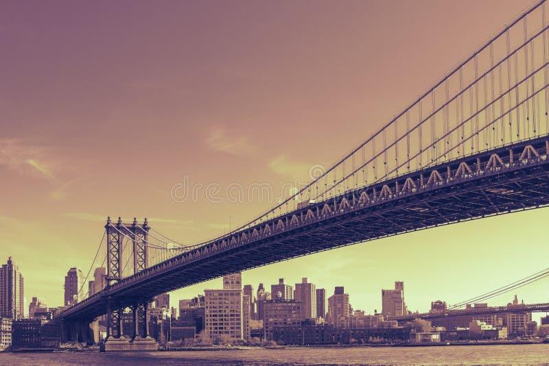 Dramatische zonsondergang bij de Brug van Manhattan in de Stad van New York stock afbeelding