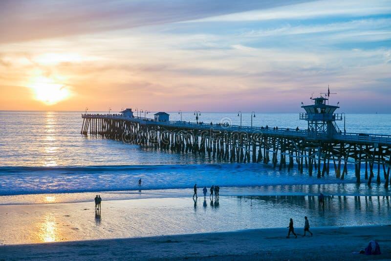 Dramatische zonsondergang bij San Clemente Pier, Californië stock foto