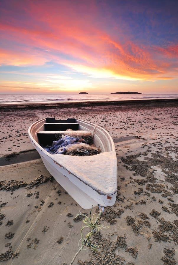 Dramatische Zonsondergang en een Boot stock afbeelding