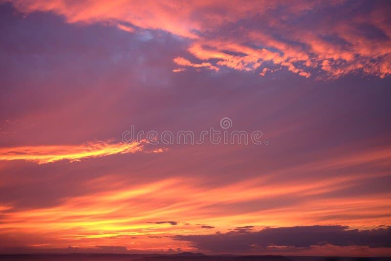 Dramatische zonsondergang en zonsopganghemel De levendige hemel van de schemeringzonsondergang stock afbeeldingen