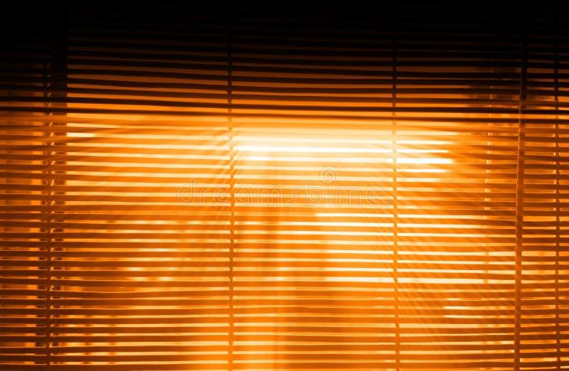 Dramatische zonsondergang lichte stralen door jaloezie binnenlandse achtergrond royalty-vrije stock fotografie