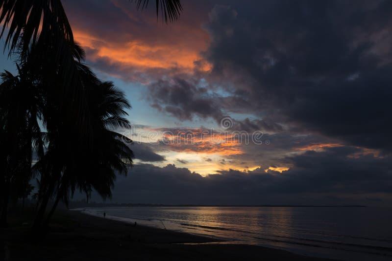 Dramatische zonsondergang op de oceaan fiji stock fotografie