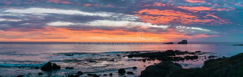 Dramatische zonsondergang op de westkust; Californië royalty-vrije stock fotografie