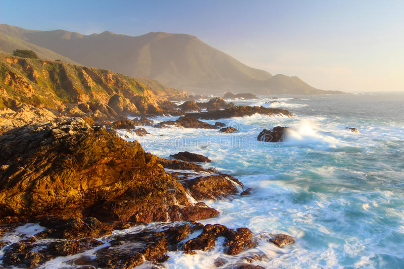 Dramatische Zonsondergang op Grote Sur-kust, Garapata-het Park van de Staat, dichtbij Monterey, Californië, de V.S. royalty-vrije stock foto's