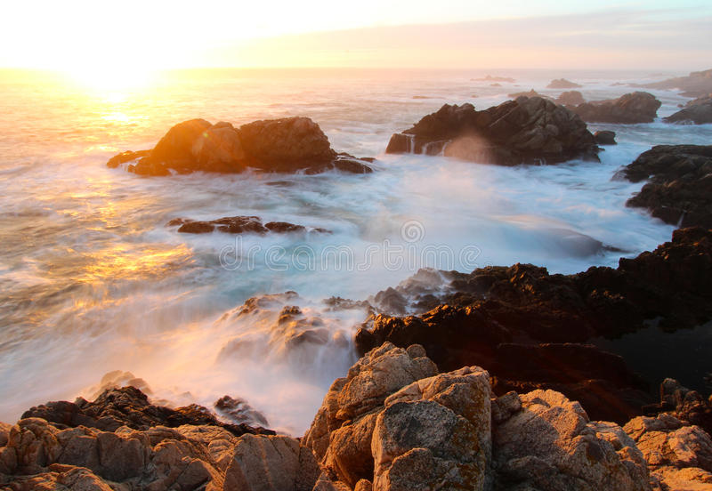 Dramatische Zonsondergang op Grote Sur-kust, Garapata-het Park van de Staat, dichtbij Monterey, Californië, de V.S. royalty-vrije stock foto