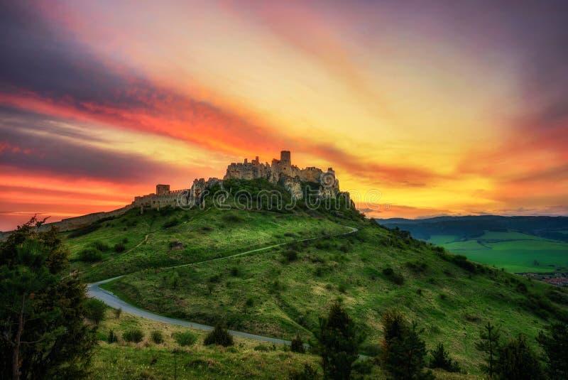 Dramatische zonsondergang over de ruïnes van Spis-Kasteel in Slowakije royalty-vrije stock afbeelding