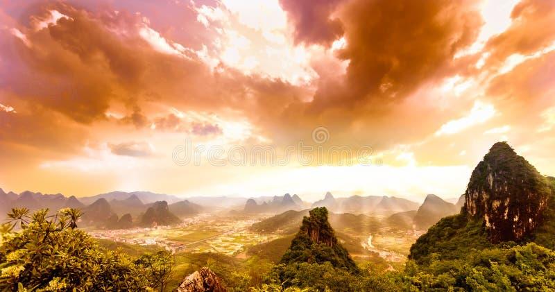 Dramatische zonsondergang over karst landschap van maanheuvel in yangshuo stock foto's