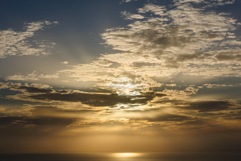 Dramatische zonsondergang over overzees dichtbij Santorini-Eiland royalty-vrije stock afbeelding