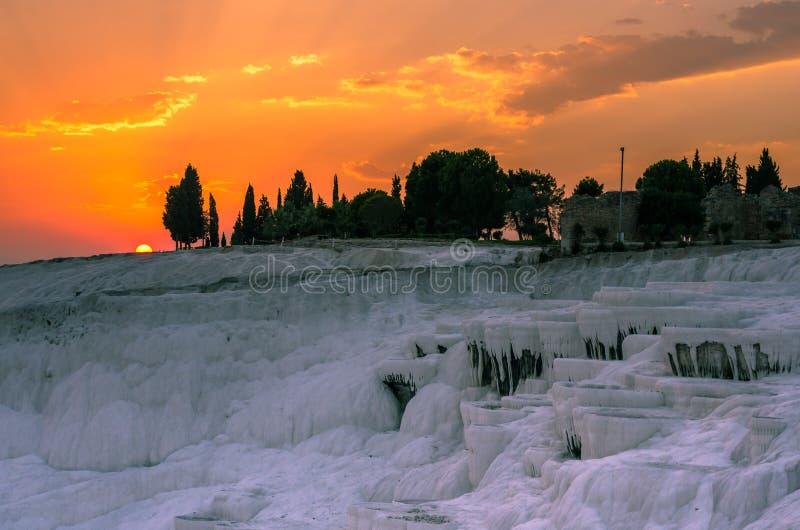 Dramatische zonsondergang over Pamukkale, Turkije royalty-vrije stock foto