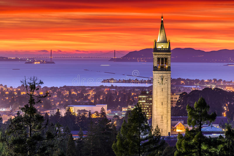 Dramatische Zonsondergang over San Francisco Bay en Campanile royalty-vrije stock afbeeldingen