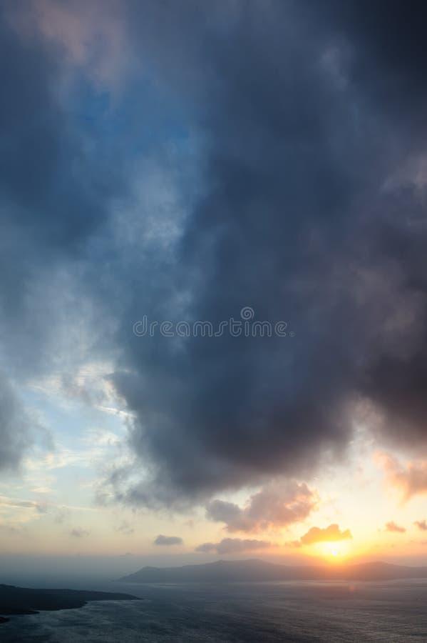 Dramatische zonsondergang over Santorini-calderaoverzees stock foto