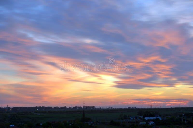 Dramatische zonsondergang over stad royalty-vrije stock foto