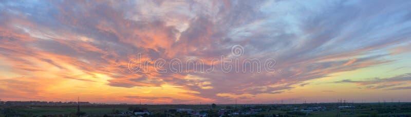 Dramatische zonsondergang over stad royalty-vrije stock afbeelding