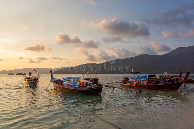 Dramatische zonsondergang over Strand bij Lipe-Eiland, Thailand, met tradit royalty-vrije stock fotografie