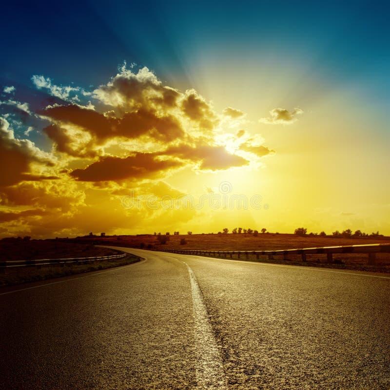 Dramatische zonsondergang over weg royalty-vrije stock fotografie