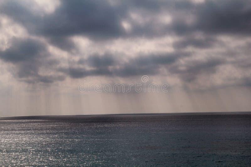 Dramatische zonsonderganghemel met grijze wolken met lijnen van zon aan tropische Middellandse Zee Mooi natuurlijk milieu Panoram stock afbeelding