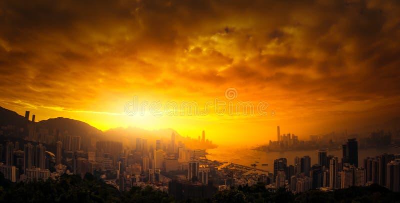 Dramatische zonsonderganghemel over Hong Kong-panorama royalty-vrije stock afbeeldingen