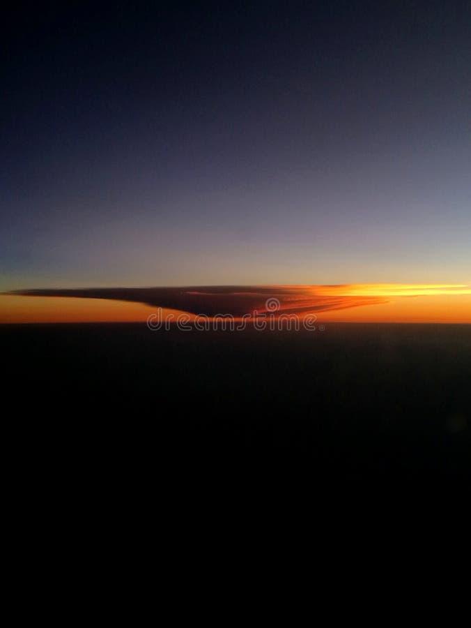 Dramatische zonsondergangwolken van vliegtuig royalty-vrije stock foto
