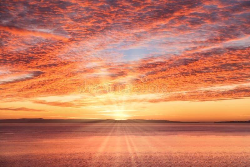 Dramatische Zonsopganghemel met Zon en Zonstralen over het Overzees royalty-vrije stock afbeeldingen
