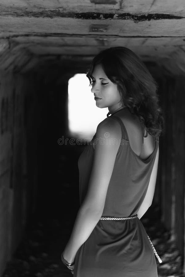 Dramatische zwart-witte foto van een mooi meisje met krullend haar stock foto