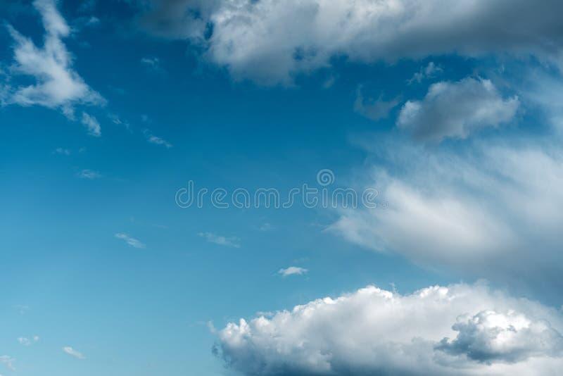 Dramatischer Himmel mit stürmischen Wolken Die Kombination aus hellen und dunklen Wolken Farbtrends stockfotos