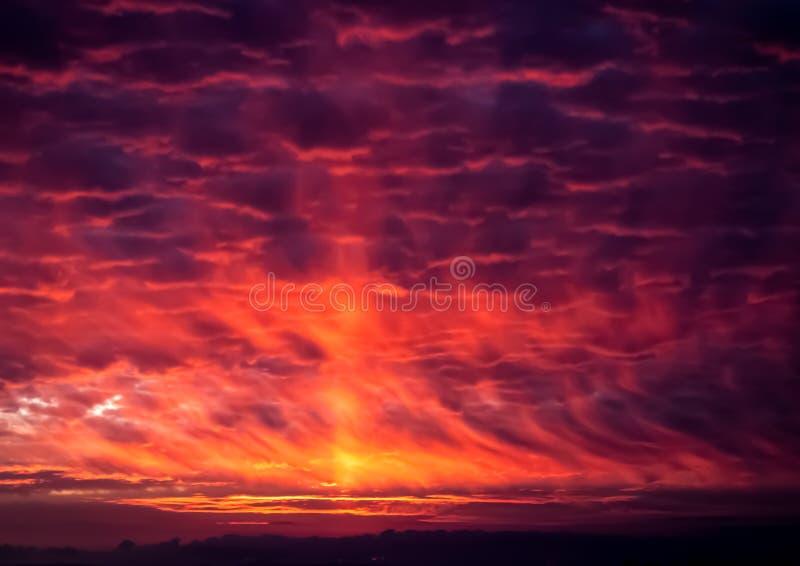Dramatischer orangefarbener und violetter Sonnenuntergang lizenzfreie stockfotografie