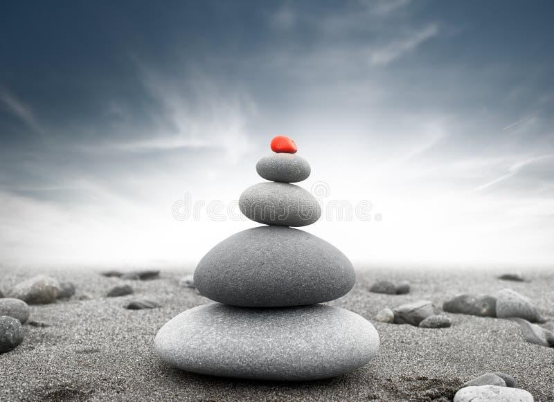 Dramatisk andlig bakgrund av zen-som stenpyramiden arkivbild