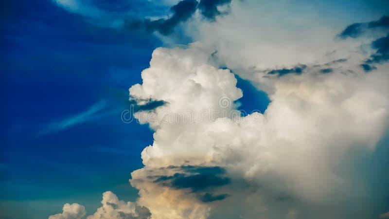 Dramatisk blå himmel- och molnbakgrund royaltyfri foto