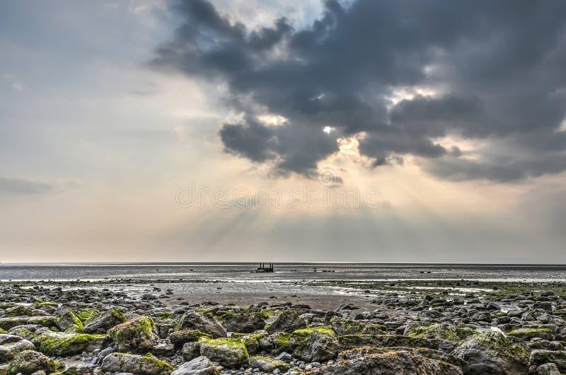 Dramatisk cloudscape som är mossig vaggar arkivfoto