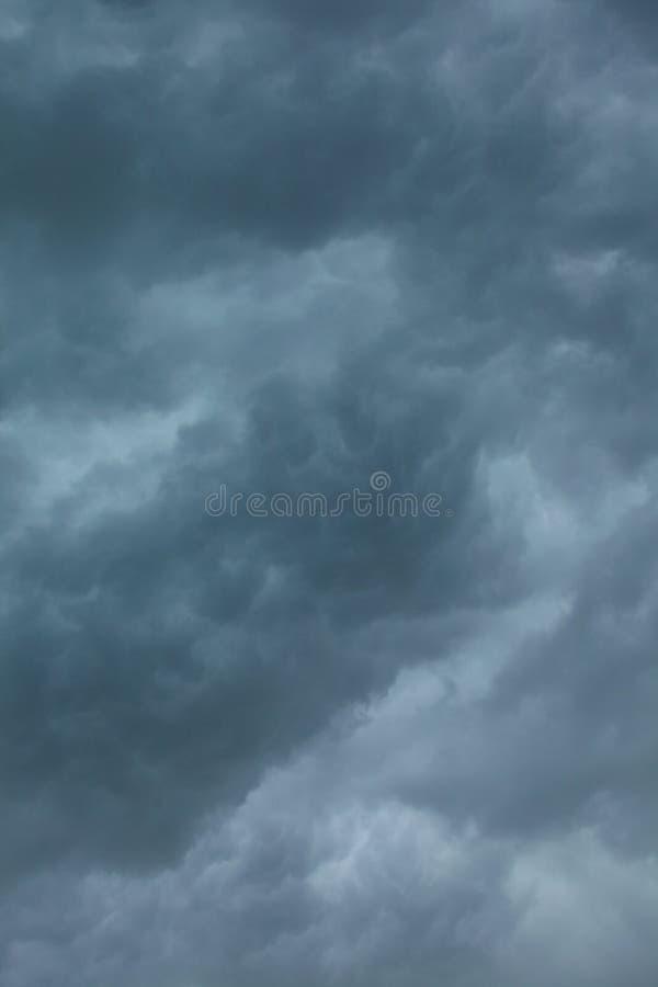 dramatisk cloudscape Stormiga moln på himlen royaltyfri foto