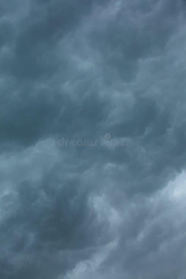 dramatisk cloudscape Stormiga moln på himlen fotografering för bildbyråer