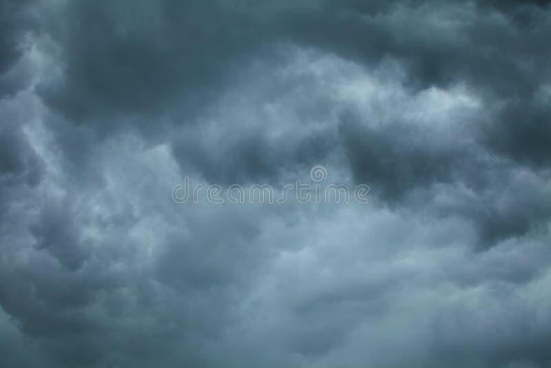 dramatisk cloudscape Stormiga moln på himlen arkivfoton