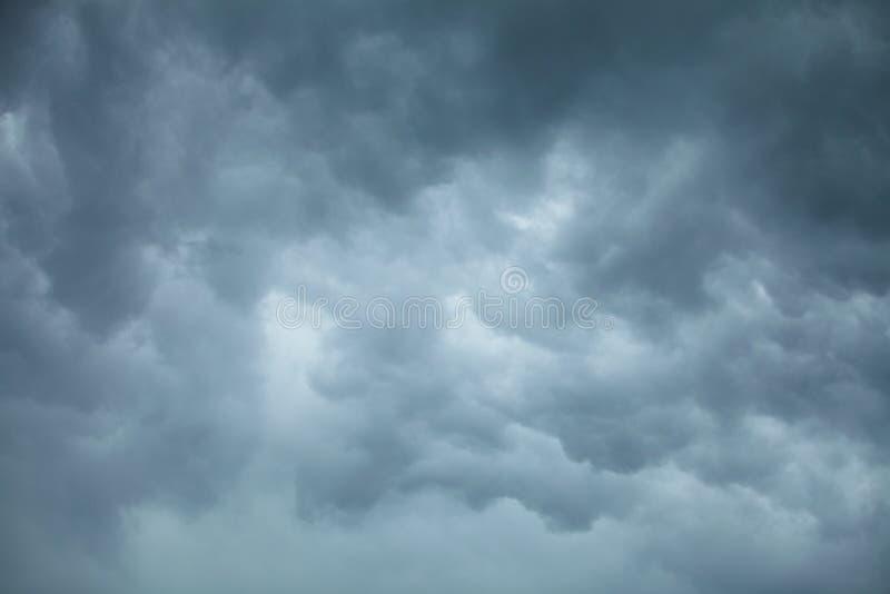 dramatisk cloudscape Stormiga moln på himlen royaltyfri bild