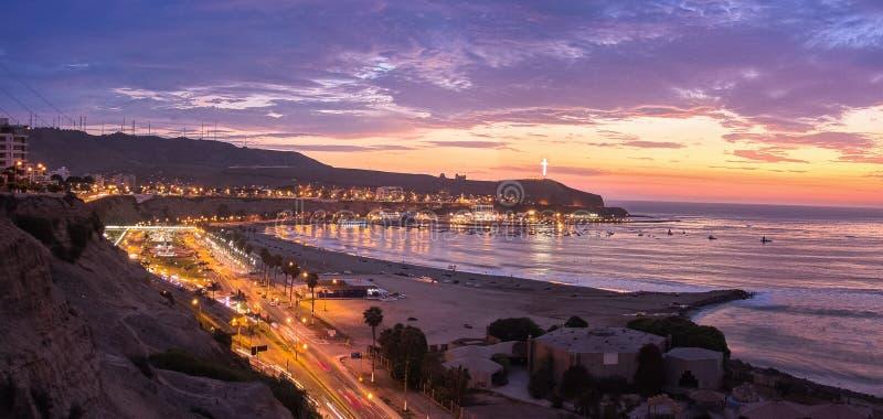 Dramatisk färgrik solnedgång i Lima, Peru royaltyfri fotografi