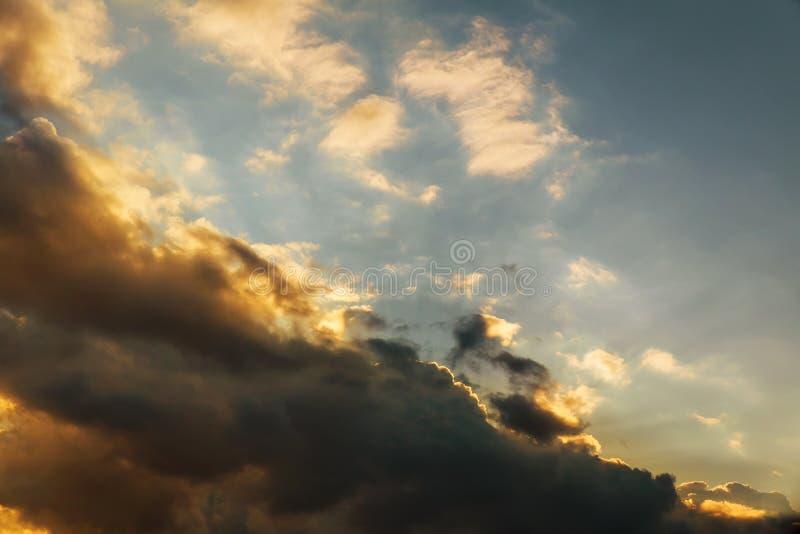 Dramatisk färgrik solnedgång- och soluppgångskymninghimmel med den härliga molnkonturn royaltyfria bilder