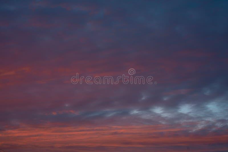 Dramatisk färgrik solnedgånghimmel med moln background card congratulation invitation royaltyfri fotografi