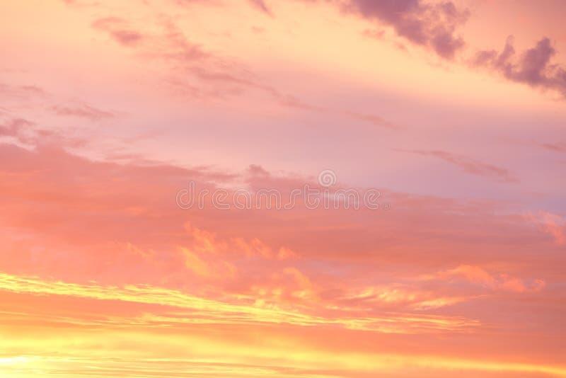 Dramatisk guld- himmel f?r br?nnhet orange solnedg?nghimmel p? soluppg?ngbakgrunden arkivbilder
